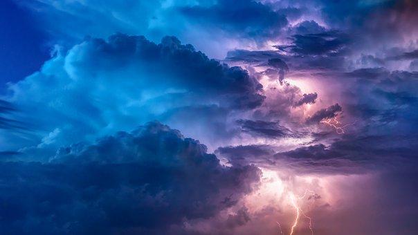 Un cielo de nubes se medio abre